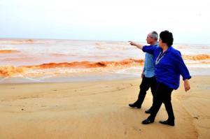 23-11-2015- Espírito Santo- Brasil- Ministra do Meio Ambiente Izabella Teixeira e governador Paulo Hartung visitam e sobrevoam as áreas atingidas pelo rompimento de barragem no Espirito Santo.