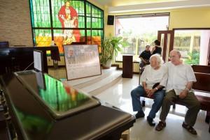Le poète Ernesto Cardenal face au cercueil de son frère