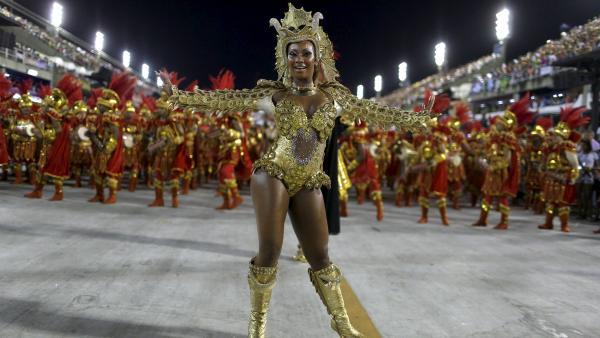 L'école de samba Estacio de Sa a défilé en premier dimanche soir, lors du carnaval de Rio. REUTERS/Pilar Olivares