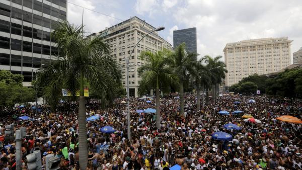 Le Bola Preta est l'un des nombreux défilés de rues lors du carnaval de Rio. REUTERS/Lunae Parracho