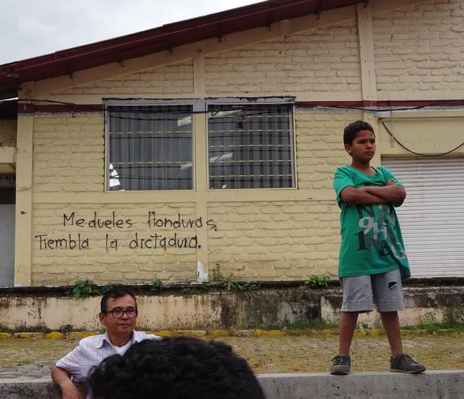 Au Honduras, la police rallie le peuple et met en échec l'imposition du couvre-feu (le blog de Kassandra/ Médiapart/ 5 décembre 2017)