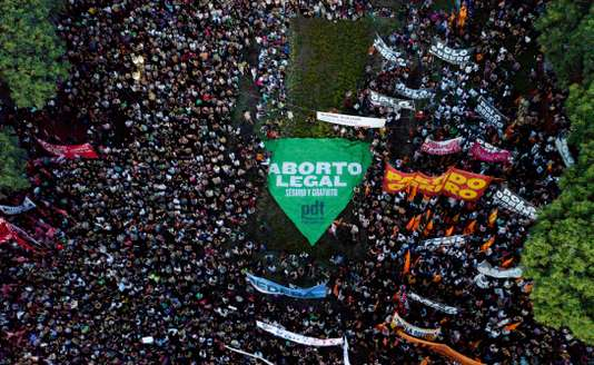 Argentine : des centaines de milliers de femmes manifestent contre la politique de Mauricio Macri (article de Angeline Montoya-Le Monde/ vidéo de  Carlos Antonio Fabre )