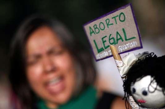 Le président argentin annule un texte qui facilitait l'avortement pour les mineures (Angeline Montoya / Le Monde)