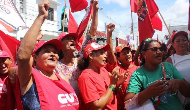 Brésil : Les femmes du Mouvement des sans Terre occupent Nestlé contre la privatisation de l'eau/ Mujeres ocupan Nestlé contra la privatización de las aguas en Brasil (Via Campesina)