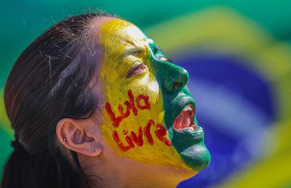 Brésil : «Ils veulent que Lula meure en prison» (Chantal Rayes/ Libération)