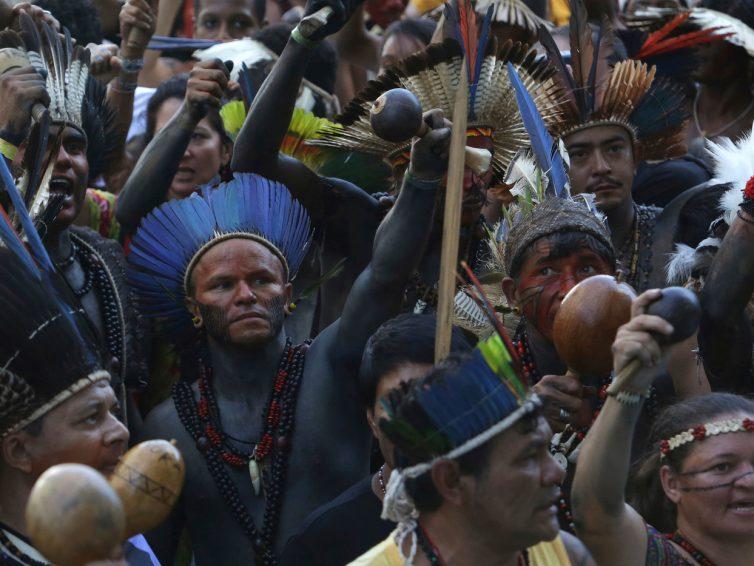 Brésil : Les peuples autochtones en résistance (dossier de Autres Brésils/ vidéo Hufftington Post)