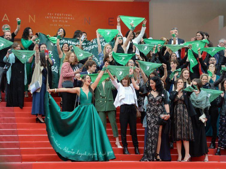 """""""Que Sea ley"""" : sur le tapis rouge de Cannes, des Argentines en vert défendent leur droit à l'IVG (Blottière/Télérama)"""