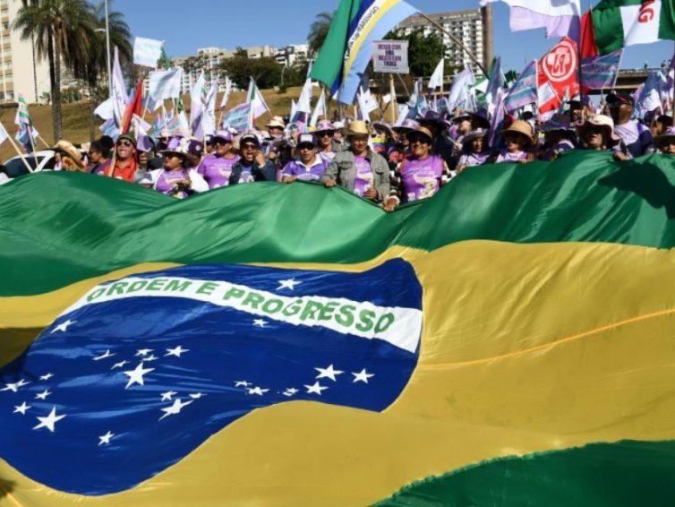 À Brasilia, 100.000 femmes du monde rural manifestent contre Bolsonaro (Libération)