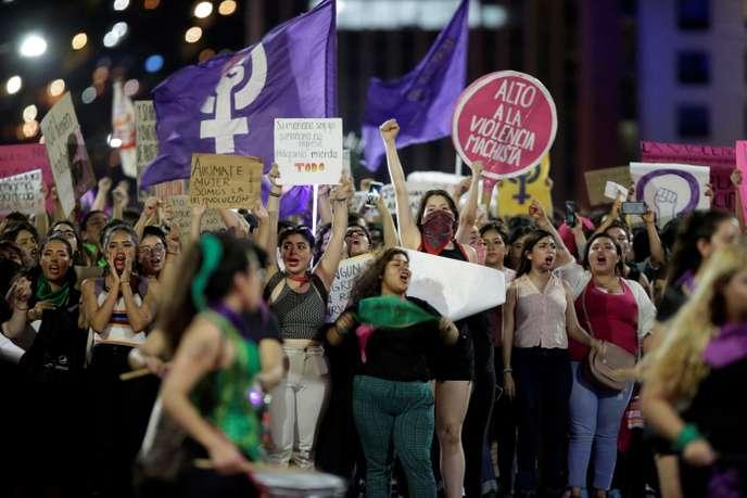 Des milliers de femmes manifestent au Mexique à la suite d'accusations de viol par des policiers (Paloma Dupont de Dinechin/ Le Monde)
