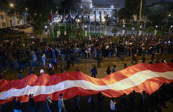 Bataille politique au Pérou, entre un Parlement dissous et un président suspendu (Le Monde/AFP)