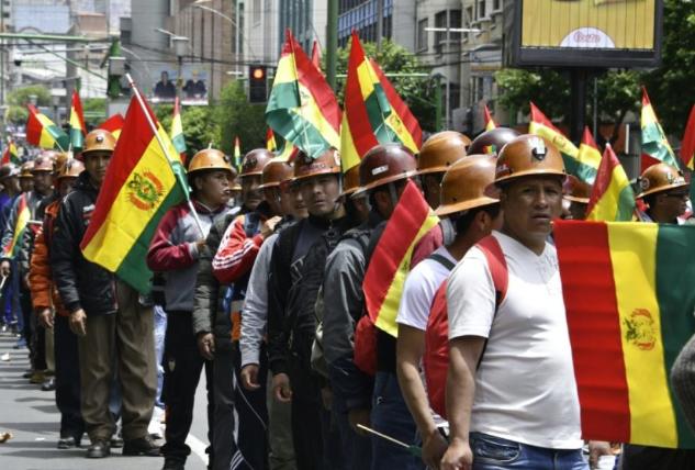 Morales réélu en Bolivie: démonstration de force des deux camps, plus de trente blessés (AFP/ Libération)