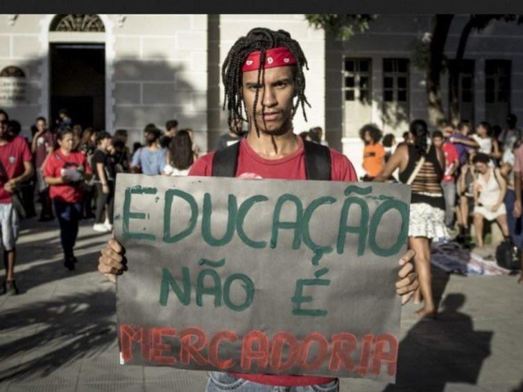 Brésil: l'éducation publique sous le feu d'artillerie lourde (Cleo Manhas/ Autres Brésils