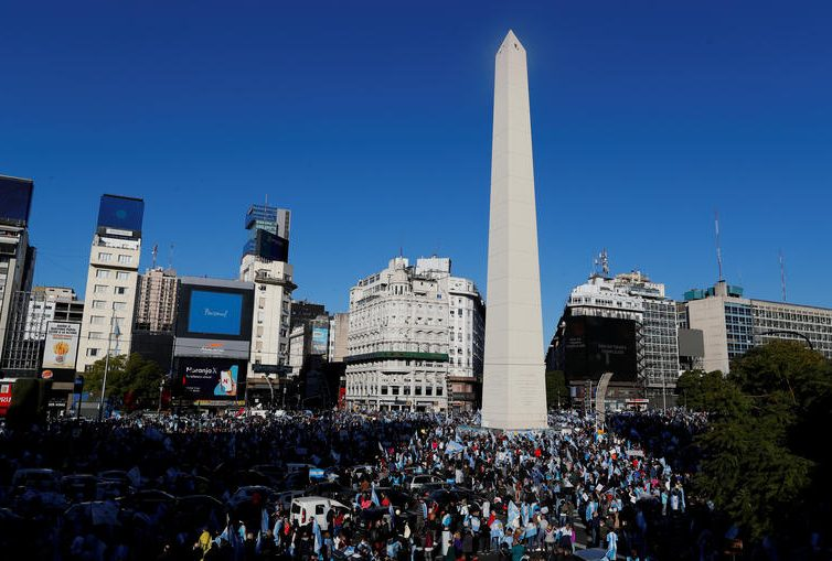 Manifestations. En Argentine, la colère contre le gouvernement prend de l'ampleur (Sabine Grandadam/ Courrier International)
