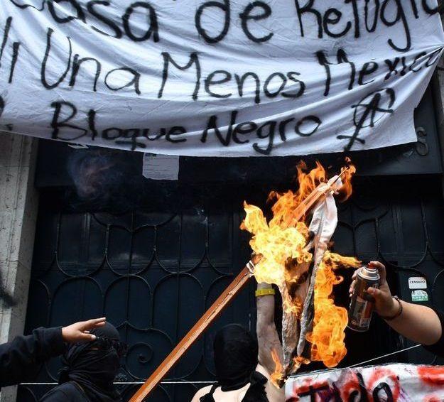 Violences faites aux femmes : pour faire entendre leur colère, les Mexicaines occupent un bâtiment gouvernemental (Elle/ Anaïs Guillon)