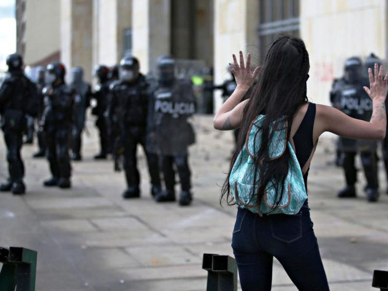 """Nouvelle bavure policière en Colombie : """"Ce pays est malade"""" (Sabine Grandadam/Courrier international)"""