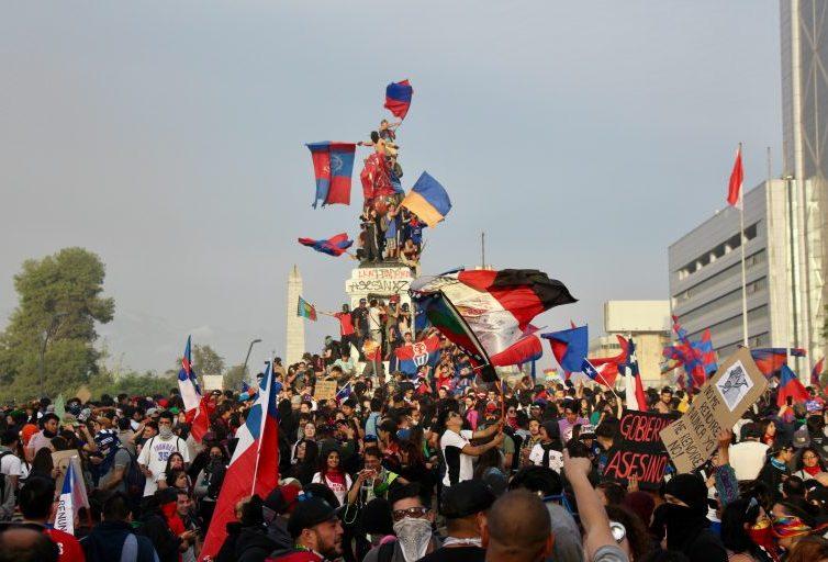 Au Chili, quel rôle pour la musique dans la révolte sociale ? (Agathe Petit – Aux sons) / Interview du groupe Bloque Depresivo (Vincent Arpoulet – Le Vent se Lève)