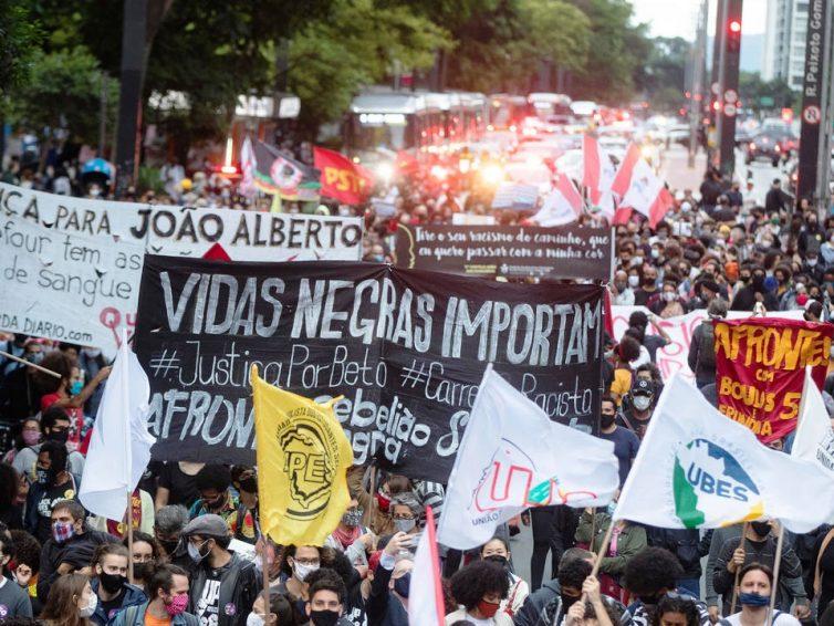 Vague d'indignation au Brésil après le meurtre d'un homme noir dans un Carrefour (Julien Lecot – Libération / France 24)