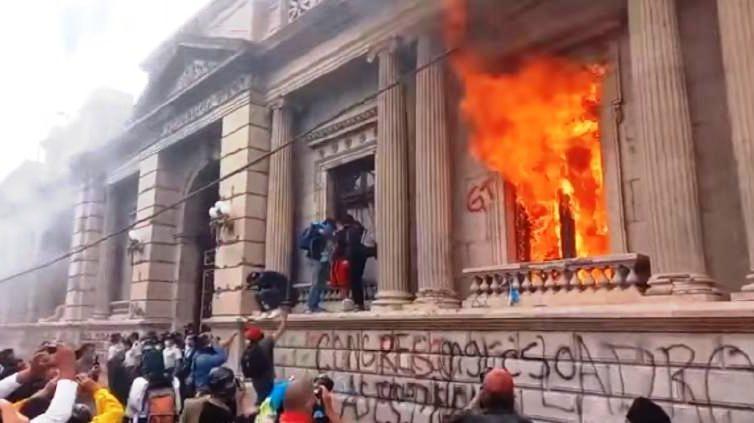 Guatemala: protestations contre les coupes budgétaires et incendie du bâtiment du Congrès (Libération / Le Monde / France 24)
