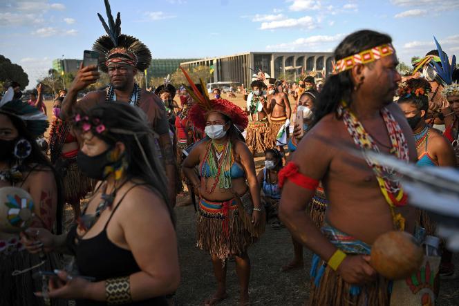 « Bolsonaro est en train de faire adopter un arsenal législatif qui démantèlera les droits des Indiens sur leurs terres » (Tribune / Le Monde)
