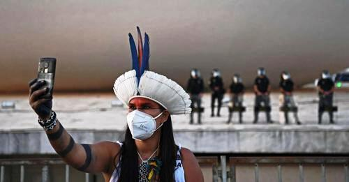 Brésil : plus de 6 000 indigènes manifestent pour leurs terres (Le Monde avec AFP / France 24)