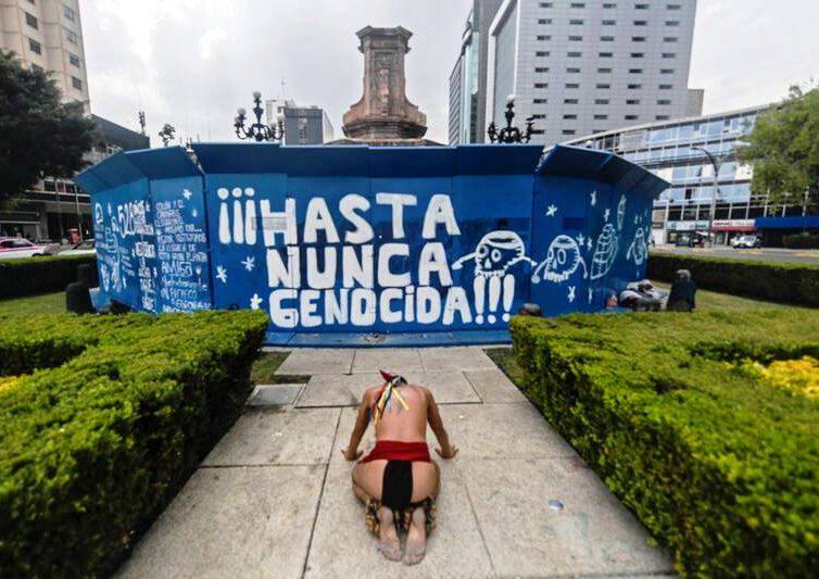 À Mexico, Christophe Colomb poussé de son piédestal et remplacé par une indigène (Lucie Claudon / Libération)