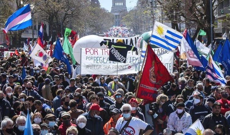Uruguay : grève générale et manifestations massives contre la politique libérale du gouvernement (Meriem Laribi / RT France)