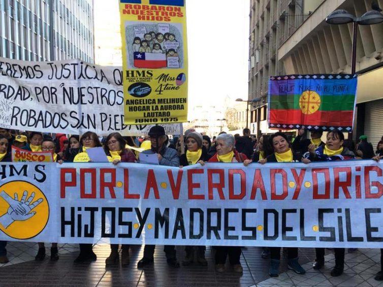 Adoptions forcées au Chili, mères et enfants à la recherche de la vérité (reportage de Justine Fontaine / RFI)