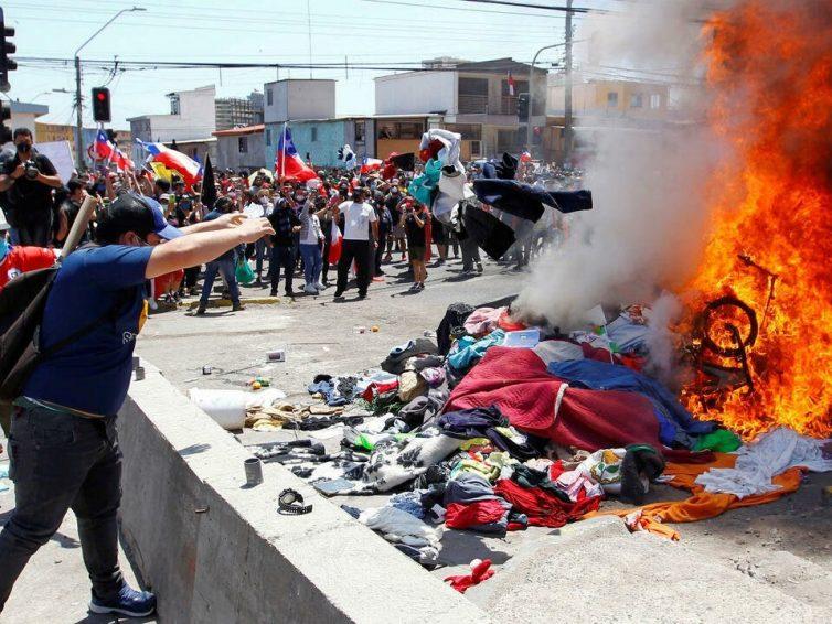 Chili: manifestations violentes contre les migrants à Iquique (revue de presse)