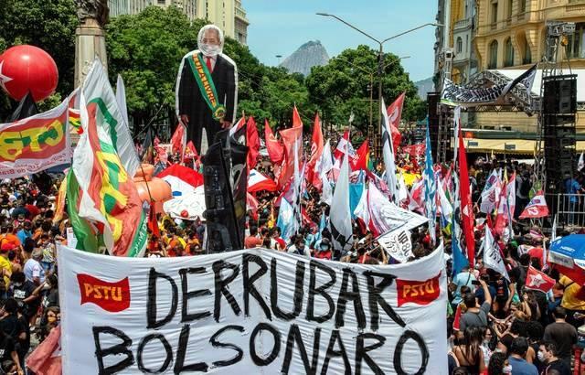 Brésil : de nombreux manifestants exigent la destitution de Bolsonaro (France 24)